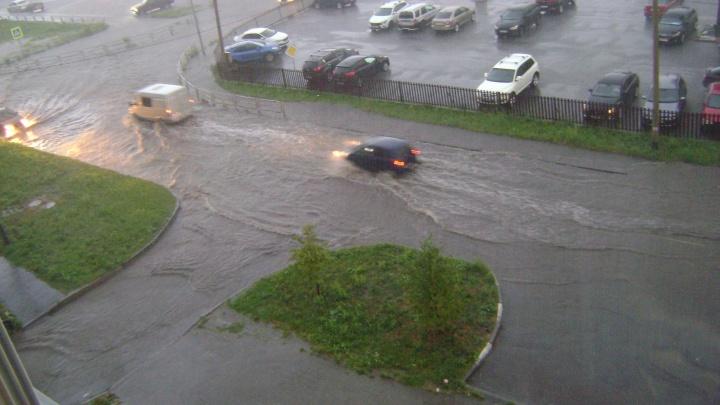 Челябинск затопило после ливня. По улицам побежали реки