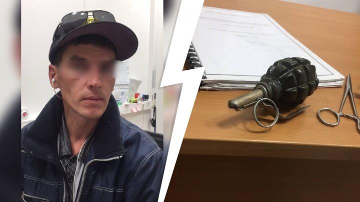 В гипермаркете на Одесской задержали грабителя с гранатой