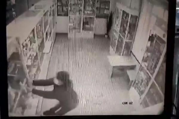 Вооруженный топором челябинец устроил погром весной в аптеке на шоссе Металлургов, 30