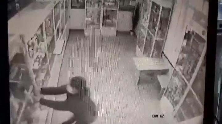 Челябинца, в маске и с топором напавшего на аптеку, отправили в колонию