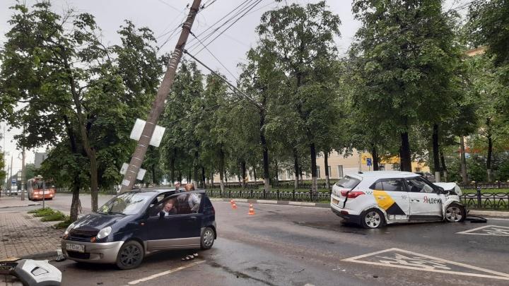 В Ярославле водитель такси снес столб на проспекте Ленина