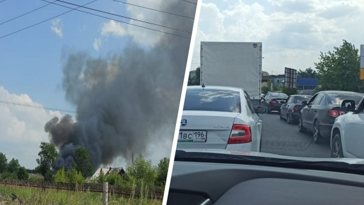 Трасса Тюмень — Екатеринбург встала в пробку из-за пожара в двух домах