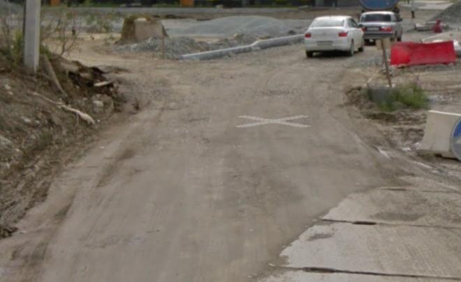 В Академическом достроят участок улицы Мехренцева, где машины много лет ездят по бетонным плитам