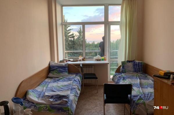 Весной в медцентре изолировали вернувшихся из-за границы, а летом возобновили лечение отдыхающих