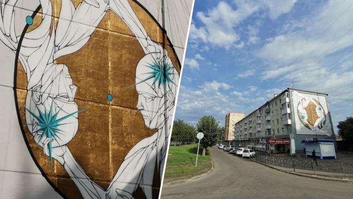 На фасаде пятиэтажки на Красрабе появилась огромная картина