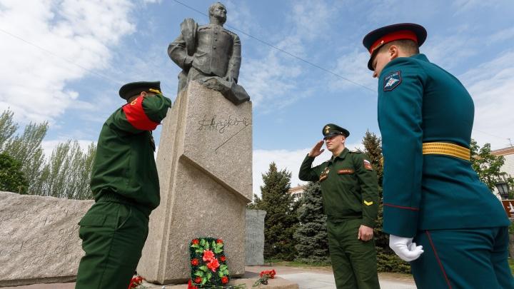Волгоградские военные готовят изолированный от коронавируса город к празднованию Дня Победы