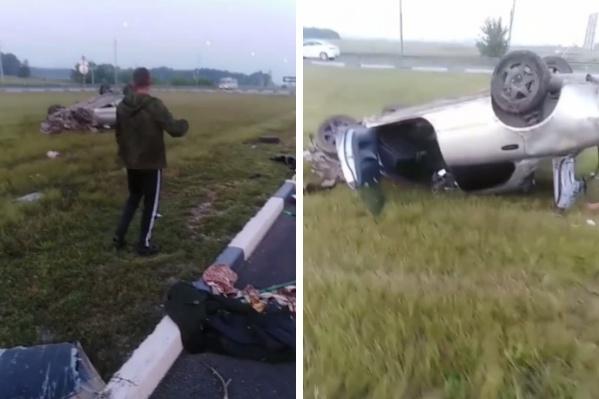 По словам очевидцев, машина перевернулась, потому что водитель заехал на бордюр