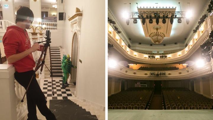 Актеры театра Пушкина в карнавальных костюмах ходили по центру и зазывали зрителей