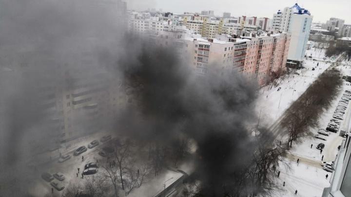Тушили 12 человек: на Горском загорелся киоск с фастфудом, его хозяин попал в больницу