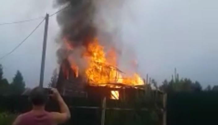 «Ударила молния и всё вспыхнуло»: в Ярославской области полностью сгорел частный дом