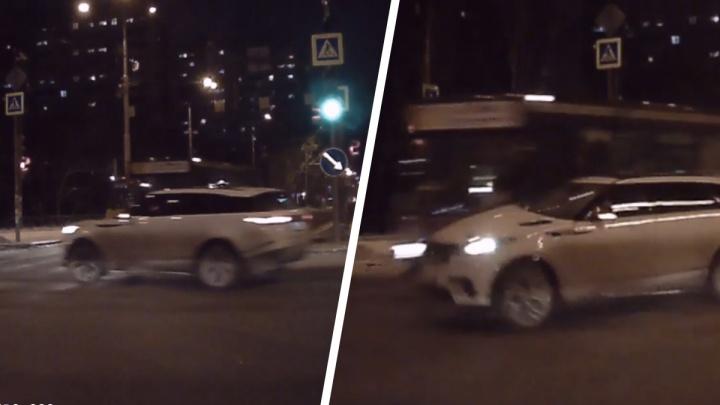 Автобус просто снес внедорожник: авария с Range Rover на Юго-Западе попала на видео
