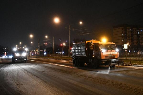 Коммунальщики работают в штатном режиме, но убирать дороги будут всю ночь