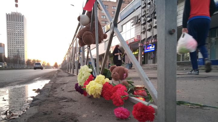 В Архангельске к месту ДТП, где накануне погиб ребенок, люди приносят цветы и игрушки — фото