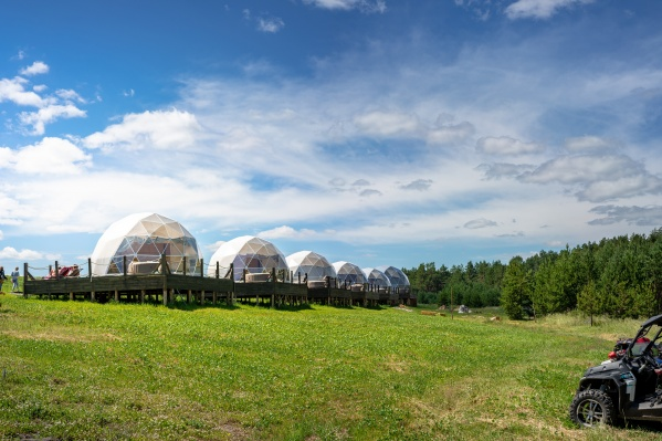 Вот такие полусферы-домики стали одной из рукотворных достопримечательностей Рачейских Альп