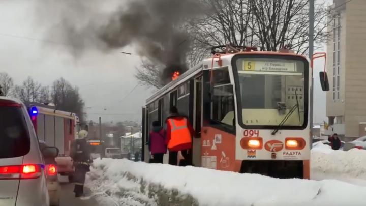 В Перми на остановке «Динамо» загорелся трамвай № 5. Видео