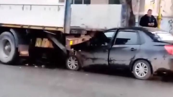 Водитель выжил чудом: на Уралмаше легковушка влетела под грузовик