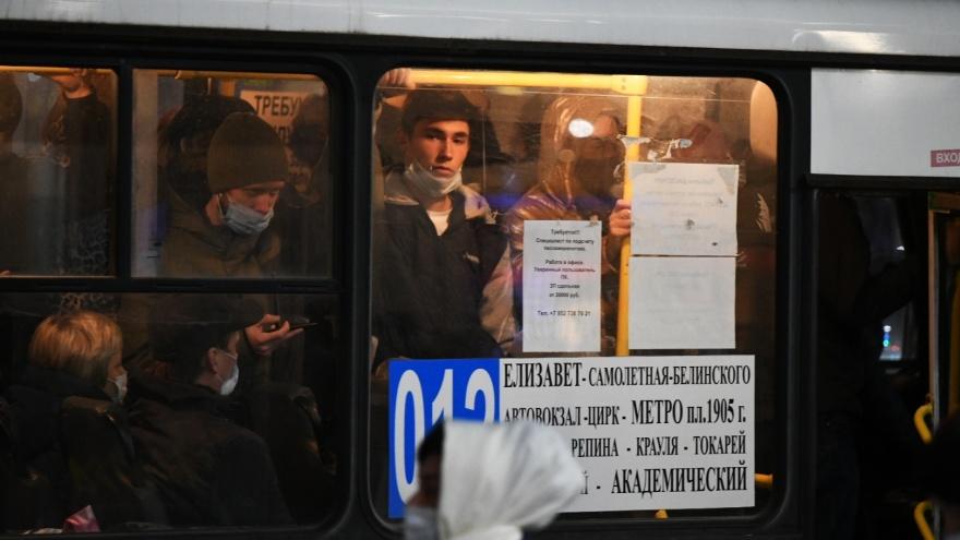 Кто здесь в маске? Вечерний фоторепортаж Е1.RU из общественного транспорта Екатеринбурга
