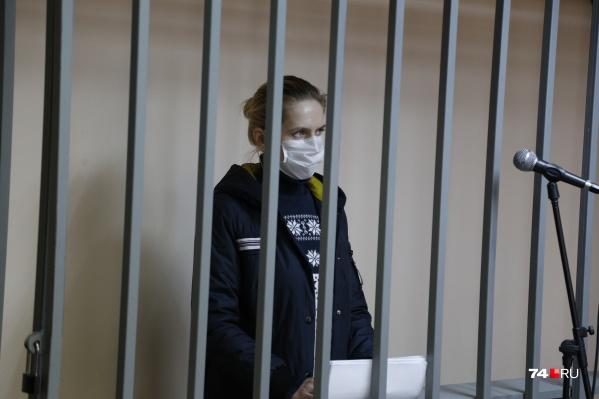 Алеся Субботина в зале суда надела медицинскую маску