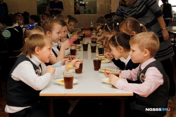 За счёт бюджета завтракать будут более 100 тысяч омских школьников