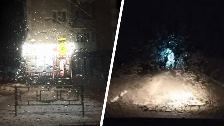 «Едем по трассе с черепашьей скоростью»: Свердловскую область накрыло ледяным дождем