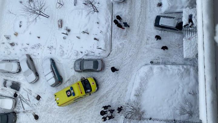 В Новосибирске мужчина выпал из окна дома на улице Максима Горького