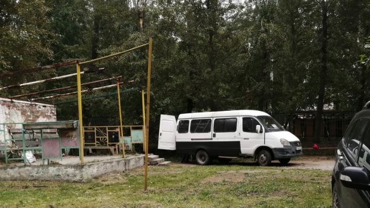 В двух шагах от детей: возле садика в Пионерском нашли тело мужчины