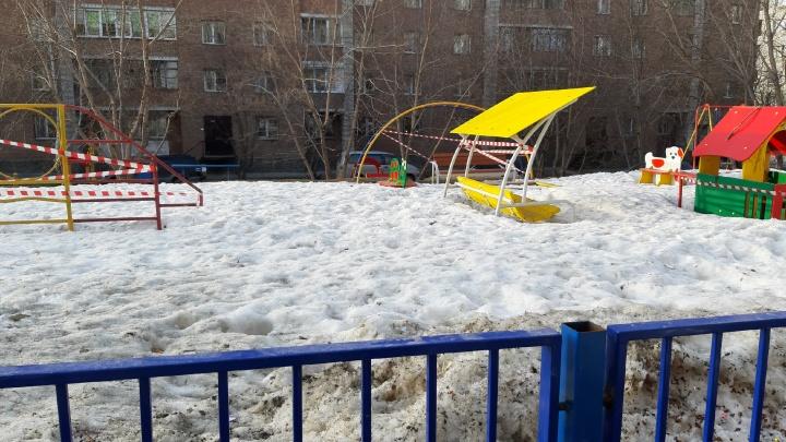 Качели и турники во дворах Новосибирска начали обносить сигнальной лентой — дети теперь гуляют рядом