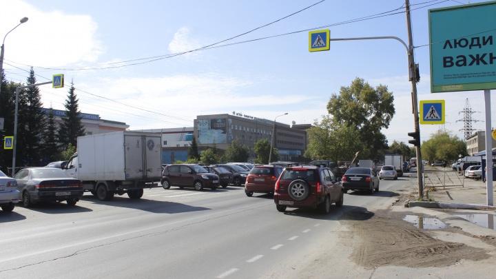 Давили и давить будем. Место в Новосибирске, где водители плюют на светофор и едут прямо на пешеходов