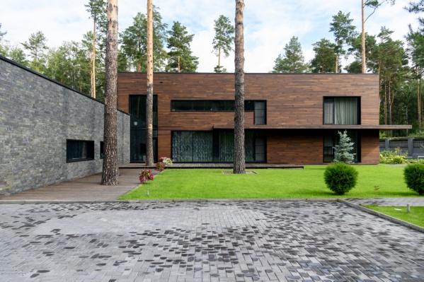 Большой дом площадью 600 квадратов расположен в закрытом посёлке «Лесная поляна», на улице Радужная