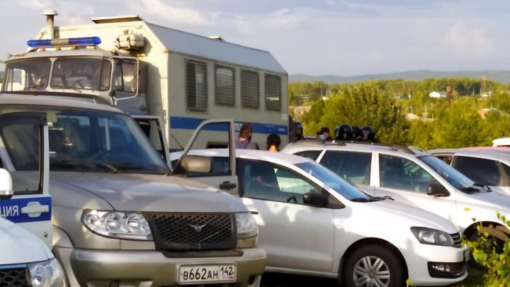 Автозак, ОМОН и аресты: силовики разгоняют протестующих против строительства углепогрузки у Черемзы