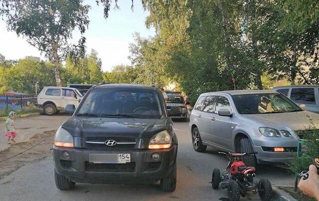 В Дзержинском районе пьяный новосибирец на детском квадроцикле врезался в «Хёндай»