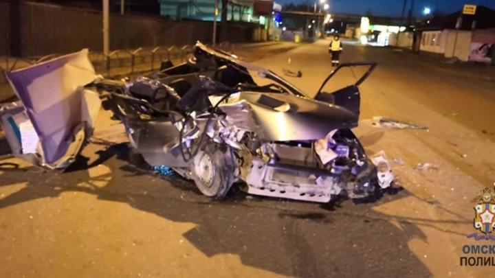 На Омской ВАЗ влетел под грузовик — погиб пассажир легковушки
