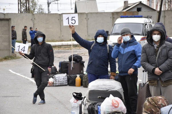Узбеки ждут своей очереди на поезд уже несколько недель