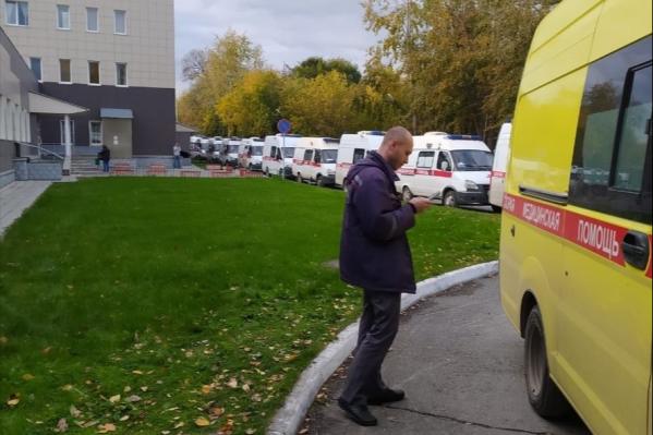 Очередь около больницы в Советском районе