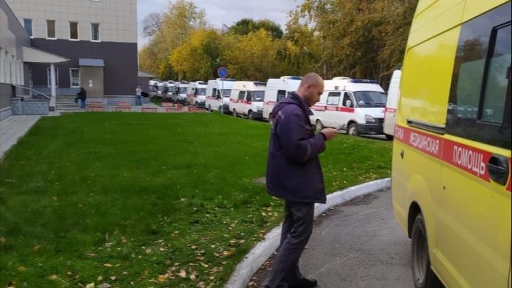 Минздрав объяснил, почему у одной из больниц Новосибирска выстроилась очередь из скорых