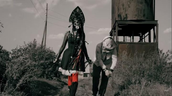 Вокалистка фолк-группы из Калачинска выпустила первый сольный клип. Она в противогазе и кокошнике