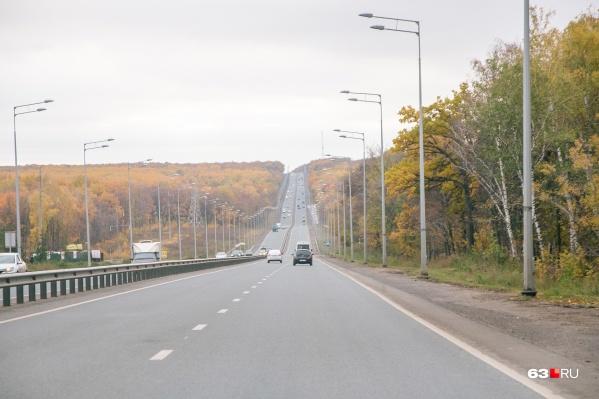 Водители нескольких автомобилей устроили несанкционированные гонки на Волжском шоссе
