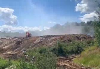 «Веет жаром»: в Ярославской области горит мусорный полигон. Прямой эфир с места