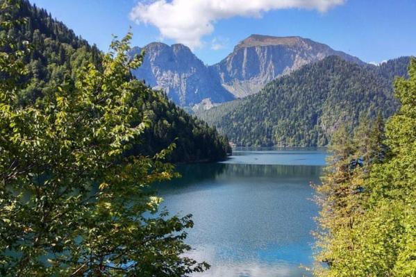 Сибирячка Екатерина Ворсина в последний раз отдыхала в Абхазии. На фото — невероятной красоты озеро Рица
