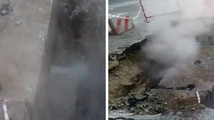 «Уходит вода в никуда»: из ямы на Курчатова три дня валит пар и льётся кипяток