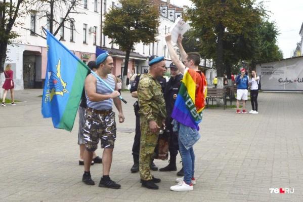 Конфликт ЛГБТ-активиста и бывших десантников произошел на улице Кирова в День ВДВ