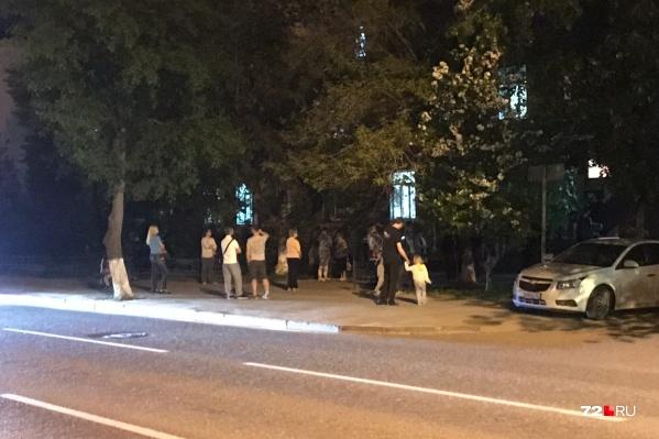 Люди продолжали ждать своей очереди у больницы на Ленина, 69 после полуночи