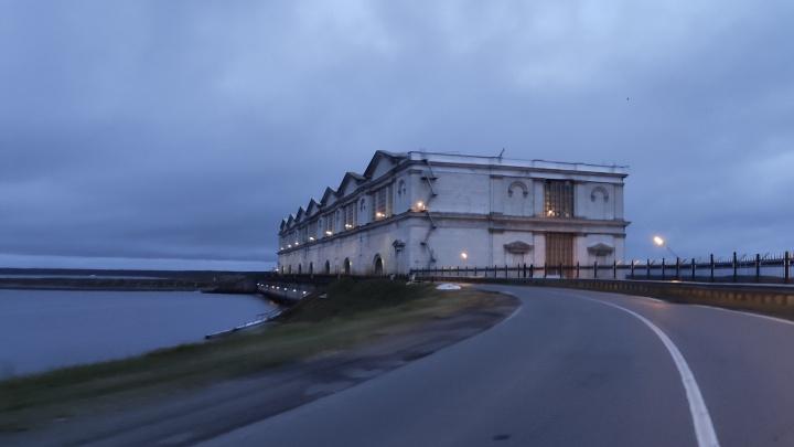 В Рыбинском море тонет баржа. На борту находятся 7 человек