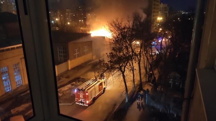 В Пионерском рядом со строящимся ЖК сгорел барак. Погибли семь человек, еще один пострадал