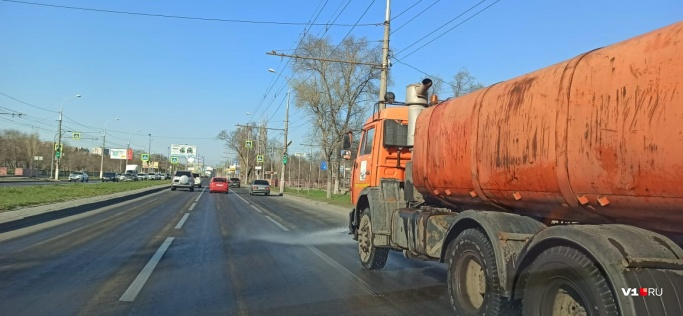 Виноваты фуры и жара: в мэрии Волгограда объяснили колею на дорогах города