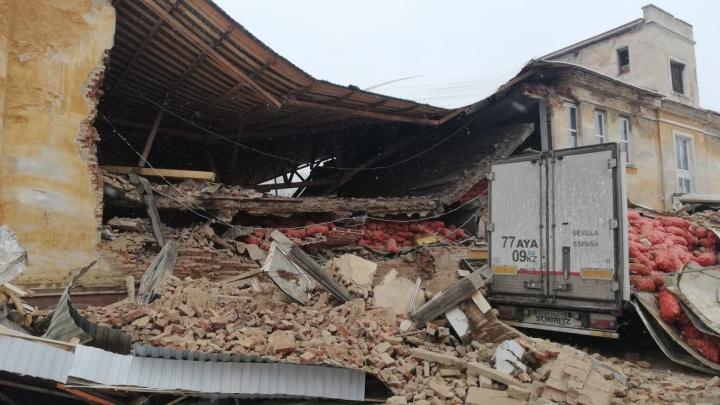 В Дегтярске стена двухэтажного здания обрушилась прямо на фуру