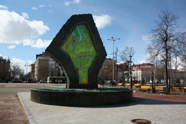 Огромный символ большой Тюменской области не так давно был установлен в историческом центре Тюмени, недалеко от набережной