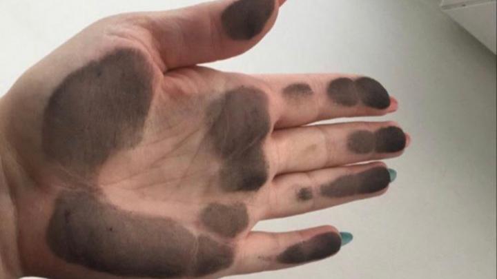 «Невозможно описать, как это грязно, как будто в углярке»: жители Новосибирской области страдают от неизвестной чёрной пыли