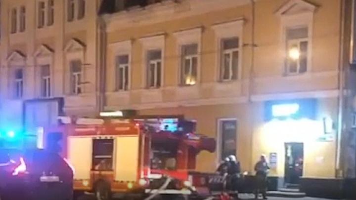 Спасатели выбивали окна: в центре Ярославля ночью горела пиццерия