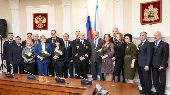 В Архангельске наградили медиков и летчиков, спасавших людей после взрыва в Нёноксе